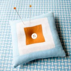 Make this fabulous, modern pin cushion with an easy photo tutorial. Great beginning piecing project.