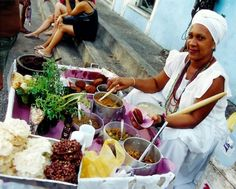 The most traditional Brazilian street food is the acarajé, traditionally sold by the baianas, who are always dressed up in white dresses and turbans. Photo: Everaldo Silva.