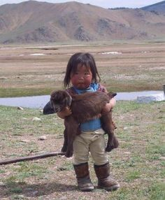 Incredibly cute, funny and adorable pictures showing animals from around the world with their baby human owners. or do they own the baby humans? So Cute Baby, Cute Kids, Cute Babies, Animals For Kids, Baby Animals, Cute Animals, Precious Children, Beautiful Children, Baby Goats