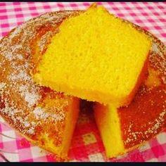 Receita de bolo integral de cenoura com laranja Ingredientes: 2 cenouras médias; 1/2 xícara de óleo de côco; 2 ovos; suco de 1 laranja; 1 xícara de açúcar mascavo; 2 xícaras de farinha de arroz; 1 colher de sopa fermento em pó. Modo de preparo: Bata por cinco minutos no liquidificador as cenouras, óleo e ovos até obter um creme. Então misture a farinha, açúcar e fermento em um bowl. Incorpore as duas misturas. Despeje essa massa aerada em uma assadeira untada e polvilhada com farinha, Leve…