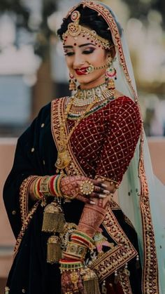 Makeup looks for Indian brides who want a royal look with floral jewellery on her mehndi ceremony. Indian Bridal Photos, Indian Bridal Makeup, Indian Bridal Outfits, Indian Bridal Fashion, Indian Bridal Wear, Indian Wear, Wedding Makeup, Bridal Dresses, Wedding Lehenga Designs
