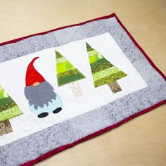 How to Make a Christmas Table Runner | Mom Of 5 Trying To Survive Christmas Sewing Patterns, Christmas Sewing Projects, Christmas Applique, Christmas Gnome, Sewing Patterns Free, Free Sewing, Pattern Sewing, Christmas Quilting, Pants Pattern