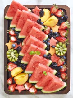 What's better than a tray filled with pretty and juicy fruit to freshen up these summer days? This post is sponsored by Milk and Eggs . Fruit Recipes, Appetizer Recipes, Cooking Recipes, Cooking Tips, Appetizers, Healthy Halloween Snacks, Healthy Snacks, Comida Baby Shower, Baby Shower Foods