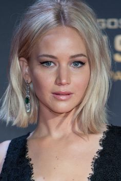 Get the Look: Jennifer Lawrence's 'Hunger Games' Premiere Beauty Girl Haircuts, Bob Hairstyles, Famous Hairstyles, Bob Haircuts, Jennifer Lawrence Hair, Celebrity Bobs, Fall Hair Cuts, Cool Blonde Hair, Grey Blonde