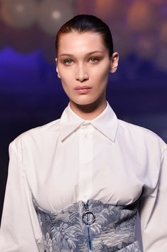 Bella Hadid Photos - Model Bella Hadid walks the runway during the Off-White show as part of the Paris Fashion Week Womenswear Fall/Winter 2018/2019 on March 1, 2018 in Paris, France. - Off-White: Runway - Paris Fashion Week Womenswear Fall/Winter 2018/2019