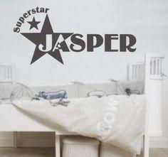 Een leuke muursticker superstar met de naam van je kind erop. Eromheen een mooie, strakke ster. Je krijgt er nog extra sterren bij.