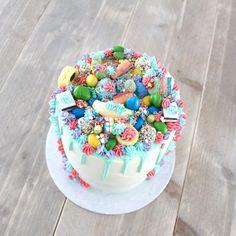 Goedemorgen...😏 Taart op de dinsdagochtend..🎉 Dit kleurrijke taartje werd gisteravond opgehaald.. Ziet eruit als een feestje toch?😁 Gevuld met aardbei en Nutella crème.. 😷🙈 Drip Cakes, Nutella, Waffles, Vegan, Desserts, Food, Postres, Deserts, Waffle