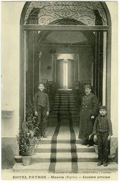 Visor Archivo General Región de Murcia. FOT_POS,04/165 / Entrada al Hotel Patrón de Murcia.