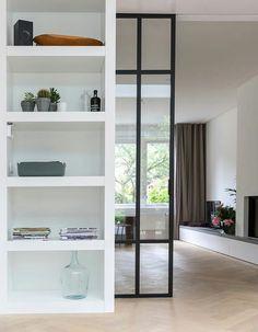 Une porte vitrée à galandage