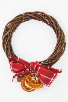 Ghirlanda in vimini intrecciati decorata con cannella, fettine di arancia essiccate e profumate, nastro scozzese.