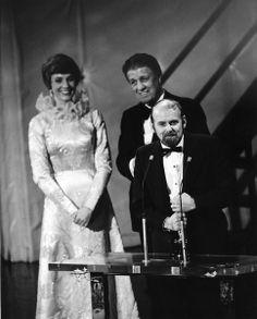 """1973 Oscars: Julie Andrews, George Stevens, and Bob Fosse, Best Director for """"Cabaret"""" Bob Fosse, Julie Andrews, Cabaret, Christopher Plummer, Oscar Fashion, Best Director, The Exorcist, Oscar Winners, Marlon Brando"""
