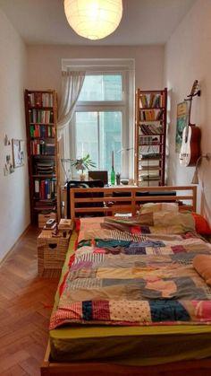 Einrichtungsidee Für Lang Geschnittenes Schlafzimmer Mit Arbeitsbereich  Neben Dem Fenster. #Schlafzimmer #WG #