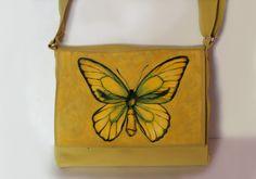 Torebka ręcznie malowana-motyl - Monika Bordo  Ręcznie malowana torebka wykonana w pojedynczym egzemplarzu. Torebkę zdobi autorskie malowidło-motyl, wykonane trwałymi farbami, utrwalone w wysokiej temperaturze.  Torebka usztywnia, zachowująca swój pierwotny kształt, mieści format A4.  Torebkę można nosić przez ramię oraz na ramieniu. Zapina na suwak, posiada wewnętrzną kieszonkę.  W razie potrzeby torebkę można przepraż ręcznie lub w pralce w temperaturze 30st. na niewielkim wirowaniu.