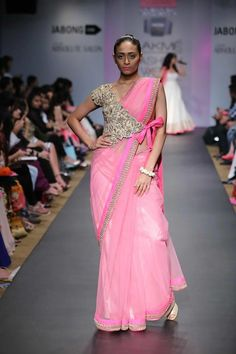 Anushree Reddy Lakme Fashion Week Sommerresort 2014 Wickeljacke Sari in Pink und Gold Blouse Back Neck Designs, Sari Blouse Designs, Saree Blouse Patterns, Indian Attire, Indian Outfits, Indian Wear, Mehndi, Sari Bluse, Lehenga