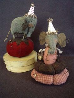Primitive Folk Art Ellie Pins Elephant Pincushion E-PATTERN : by cheswickcompany - etsy Folk Embroidery, Embroidery Patterns, Embroidery Stitches, Sewing Crafts, Sewing Projects, Primitive Folk Art, Primitive Country, Primitive Christmas, Simple Prints