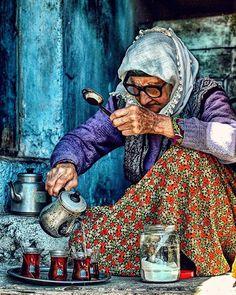 Start your day with a nice Turkish çay (tea),Demirci,Manisa,Turkey. Turkish People, Arabian Art, Art Watercolor, Pics Art, Turkish Art, Foto Art, World Cultures, People Around The World, Belle Photo