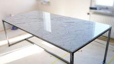 Marmor gör sig bäst där det kan vara den dära exklusiva detaljen som lyfter ett rum - eller ett kök. Ett soffbord i exklusiva Bianco Carrara är något som verkligen drar till sig blickar.  Vi på stenskivor.se älskar det som är naturligt och ÄKTA. Vår marmor kommer ifrån Carraraberget i Italien.  #design #inredning #kök #natursten #stockholm #göteborg #malmö #natursten #marmor #granit #soffbord #carraracd