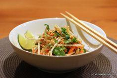 Pad Thai: Gebratene Reisnudeln mit Ei und Huhn