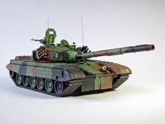 """PT-91 """"Twardy"""" - Model współczesnego polskiego czołgu, który został opracowany w oparciu o czołg T-72M1. Produkowany do dnia dzisiejszego w zakładach Bumar-Łabędy S.A. Model plastikowy z elementami fototrawionymi, ręcznie złożony i ręcznie pomalowany w skali 1:35."""