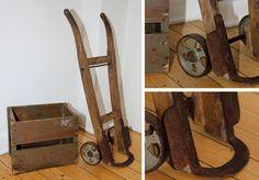 Perfekt patineret gammel sækkevogn  Utrolig smuk sækkevogn fra 1930-50 med perfekt patina og industri-look. Hjulene er af støbejern og fra før tiden med gummibelægning. Vil passe perfekt ind i kontor eller lejlighed som samtaledekoration.  Højde: 102 mm Behandling: Nænsom rensning og linolie.  Pris 1.250,- (Kan afhentes eller sendes mod porto)  #indretning #genbrug #interior #salg #tilsalg #recycle  #interior #industrial  #bolig