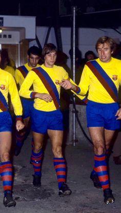 Johan Cruyff leads Barcelona out in Football Music, Retro Football Shirts, Fifa Football, World Football, Vintage Football, Soccer Shirts, Fc Barcelona, Barcelona Soccer, Good Soccer Players