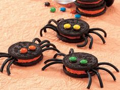 Oreo Halloween Spider Cookies (with black string licorice legs and mini mm eyes attached with frosting) Halloween Snacks, Diy Deco Halloween, Buffet Halloween, Recetas Halloween, Hallowen Food, Theme Halloween, Halloween Goodies, Halloween Spider, Holidays Halloween