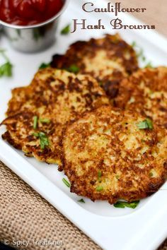 Low Carb Cauliflower Hash Browns-substitute corn starch with arrow root Cauliflower Hash Brown Recipe, Cauliflower Recipes, Veggie Recipes, Indian Food Recipes, Low Carb Recipes, Vegetarian Recipes, Snack Recipes, Healthy Recipes, Cauliflower Cakes