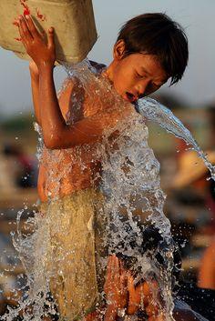 Kids having fun and taking a shower at the Ayeyarwady River, Mandalay, Myanmar We Are The World, Small World, People Around The World, Around The Worlds, Water Art, Splish Splash, Mandalay, World Cultures, Laos
