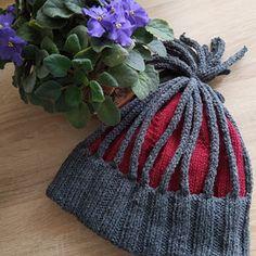 Dámská zimní čepice se střapcem.