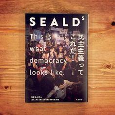 SEALDs 民主主義ってこれだ! 最高の本です!まもなく10/20に発売します! 表紙カバー写真担当させていただきました。 書店でぜひ手にとって見てください!! amazon.co.jp/dp/4272330861/… pic.twitter.com/MuHgVz7kjl