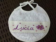 """Babero nombre """"Lucía"""" con flor"""
