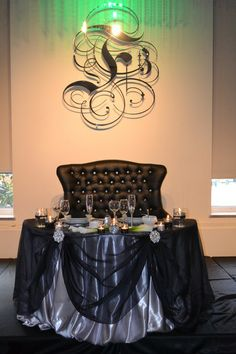 Sweetheart table with love seat instead of chairs, perfect for snuggling. Head Table Wedding, Bridal Table, Wedding Chairs, Wedding Reception, Wedding Planning Pictures, Wedding Ideas, Peacock Wedding Flowers, Light Decorations, Wedding Decorations
