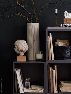 Plocka in en vacker kvist på promenaden, här i vasen FREDLÖS. VALJE väggskåp, STOCKHOLM glas, funkar fint att gro höstens ekollon i.
