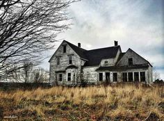 This Nova Scotia Woman Takes The Coolest Photos Of Abandoned Buildings 2019 Im just of taking it all in. I just thought it was just going to be a hobby forever but with all this stuff coming in Im thinking of pursuing it further. Abandoned Farm Houses, Abandoned Property, Old Houses, Old Buildings, Abandoned Buildings, Abandoned Places, Bridgetown, Rural Area, Nova Scotia