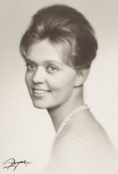 """In November 1960, the Princess Birgitta accompanies his grandfather and sister p rincesse Desiree in Chicago for 50 years of the Foundation USA / Sweden. The press starts to take an interest in this lovely princess age 23 that one was soon nicknamed the """"BB North""""."""
