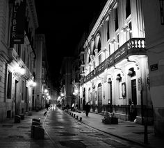 Calle Caballeros de Valencia. A la derecha Teatro Talia.