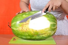 A watermelon carved to look like a pirate ship makes a charming and refreshing addition to the spread at a summertime cookout or pirate-themed birthday par Pirate Food, Pirate Theme, Pirate Party, Watermelon Carving, Watermelon Ideas, Pirates Dinner, Homemade Pirate Costumes, Fruit Crafts, Boats