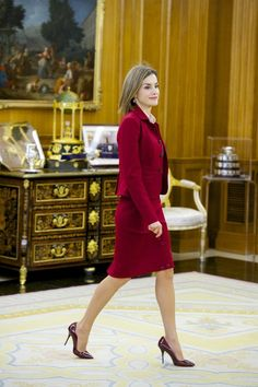 Queen Letizia attended a few meetings wearing a modest yet sexy red Felipe Varela skirt suit and silk blouse that made her look like a true #bosslady. But this look just wouldn't be the same without one key and totally glamorous element: her burgundy patent-leather pumps. #letizia #felipe #royal #princesse #reine #espagne #spain