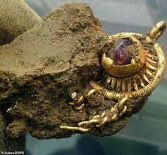 A beautiful hit detector in southern England - Lisa Grace found this beautiful medieval gold pin, which is very similar to the one depicted by King Edward IV (photo in the commentary) Preliminary valuation of a valuable find - between. Historical Artifacts, Ancient Artifacts, Amethyst Stone, Purple Amethyst, Metallic Bonding, Objets Antiques, Edward Iv, Gold Hats, Finding Treasure