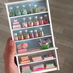 miniature candy shelf ideas for filling in my empty doll house jars for the birthday theme Diy Barbie Furniture, Dollhouse Furniture, Modern Dollhouse, Diy Dollhouse, Miniature Crafts, Miniature Dolls, Miniature Food, Clay Miniatures, Dollhouse Miniatures