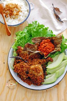 Ayam Goreng Kremes Recipe (Indonesian Fried Chicken with Crunchy Flakes) - Indonesia Eats Java, Malaysian Cuisine, Indonesian Cuisine, Food Goals, Asian Cooking, Food Presentation, Fried Chicken, Soul Food, Gastronomia