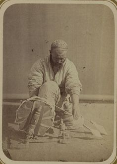 Library of Congress - Turkestan Album: Cotton production. Weaving thread. LC-DIG-ppmsca-09955-00006 (digital file from Part 3, pl. 1, no. 6)