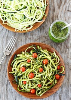 ¿Habéis probado alguna vez estos Spaghettis de Calabacín? Es un plato perfecto para quien esté a régimen, ya que sustituimos el spaghetti por unas tiras de cala