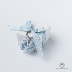 Μπομπονιέρα Βάπτισης Χάρτινο Λευκό Κουτάκι Καρό Σιέλ Φιογκάκι με Μπρελόκ Παπουτσάκια