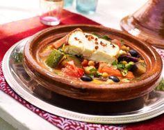 Vegetarische tajine met gegrilde feta is een lekker recept en bevat de volgende ingrediënten: 4 wortelen, 4 rapen, 2 courgettes, 3 paprika's (groen, rood en geel), 2 uien, 2 aubergines, 1 blik kikkererwten, 1 chilipeper, 2 tomaten, Solo Vloeibaar, komijn, 1 bosje bladpeterselie, 1 mespunt harissa, 1 doosje zwarte gedroogde Griekse olijven, 20 cl water, 4 plakjes feta, koriander