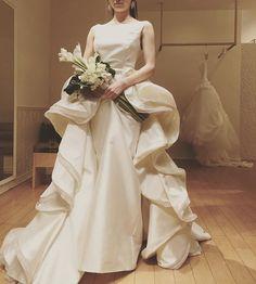 名古屋のショップで試着してきました。他の試着レポが途中なんですがいてもたってもいられずpost。これは運命の1着に出会ってしまったかも♡この独創的なデザインはもちろん#antonioriva です。しかし個性的なデザインだし勇気が出ない… #ウェディングドレス #ドレス試着 #ドレス迷子 #アントニオリーヴァ #プレ花嫁 #名古屋花嫁 #プレ花嫁さんと繋がりたい #2016秋婚