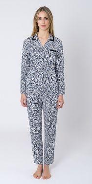 Pijama manga larga, tejido viscosa, abierto abotonado, estampado en animal print. Pantalón largo animal print. #homewear #sleepwear #pijama #animalprint #pijamamujer #lohe #pijamainvierno