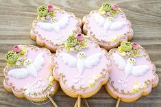 "Let's talk about the towers of ""Tangled""! My client was so sweet he just had one special request ! He wanted some of my sugar flowers on… Sweet Cookies, Cute Cookies, Peace And Love, My Love, Cookie Pops, Cupcakes, Sugar Flowers, Royal Icing, Holy Spirit"