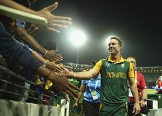 AB de Villiers is a crowd-pleaser even without bat in hand, South Africa v Sri Lanka, World Cup 2015, 1st quarter-final, Sydney, March 18, 2015 ©Getty Images