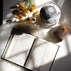مَا ٱجمَل قلبًا خَالط بِنبضُه قُرآنًا وَآيه   أخيتي ..    وردكِ من القرآن لاتغفلينَ عنه☔. Islamic Wallpaper Hd, Quran Wallpaper, Iphone Wallpaper Images, Wallpaper Quotes, Wallpapers, Ramadan Kareem Pictures, Ramadan Images, Ramadan Crafts, Ramadan Decorations